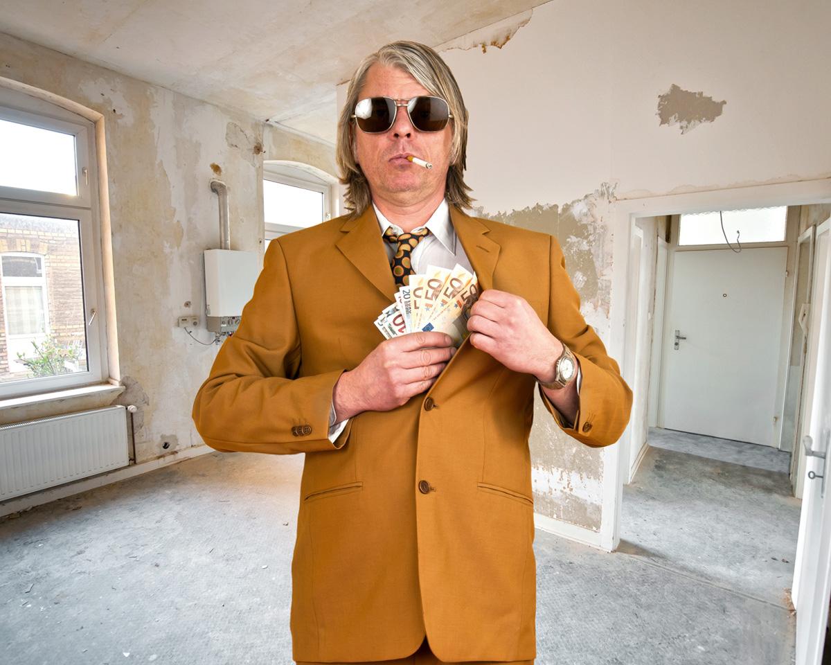 Schmieriger Mann mit Zigarette, Sonnenbrille und Geld in der Hand